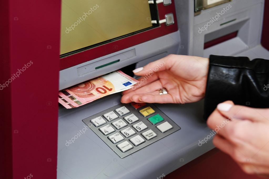 Uit De Geldautomaat Stockfoto Close Up Woman Hand Withdrawing Money From The Automated Teller Machine Or Atm Euro Currency Foto Van Nelka7812