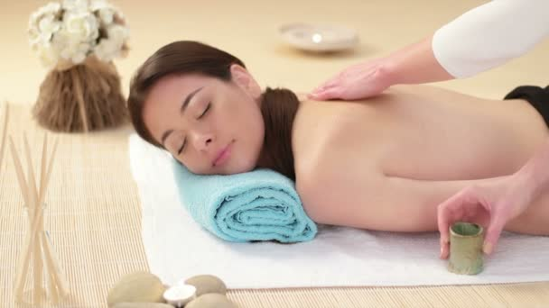 Žena vrátit masáž v lázních s oleji