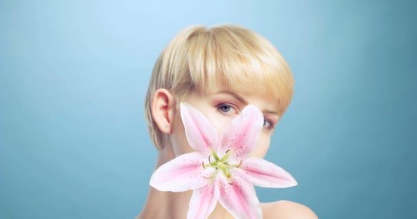 Ženská krása na modrém pozadí s květinami