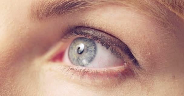 Video z otevření její modré oko ženy