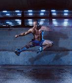 Fotografia Uomo atletico in posa allinterno di un edificio di lotta
