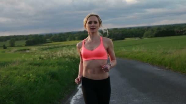 donna bionda fitness sul campo
