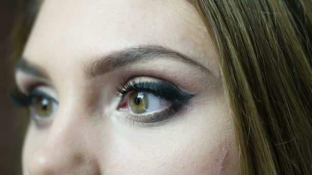 Vizážista použití řas make-up pro modelování je oko. Zblízka pohled