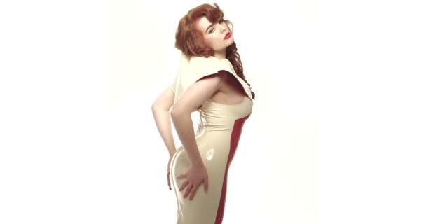 Frau trägt Latexkleid