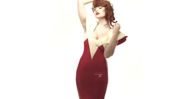 nő visel latex ruha