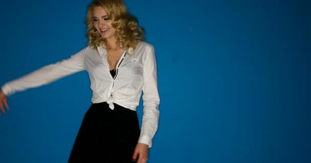 Mladá krásná blonďatá sekretářka sexy pohyby