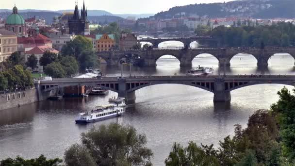 Pražské mosty a turistická loď. Most přes Vltavu v krásné Praze, hlavním městě Čech.