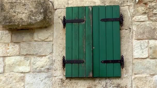 Architektonisches Detail im antiken Split, Kroatien. Architektonisches Detail im antiken Split, Kroatien. Ein altes Fenster mit geschlossenen Rollläden im Diokletianspalast.
