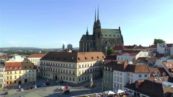 Pohled na katedrálu sv. Petra a sv. Pavla a Tržní náměstí v Brně.