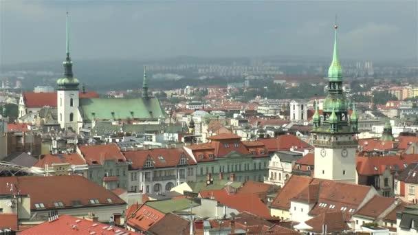 Pohled pod vysokým úhlem na město Brno, Česká republika.