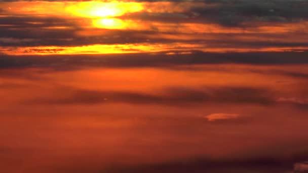 Vznášející se nad mraky; barevné mraky ve vysoké nadmořské výšce západu slunce. Jedinečné, skutečné, letecké záběry. Fotoaparát hladce sleduje přirozený pohyb letadla ve vzduchu pro přidání realismu.