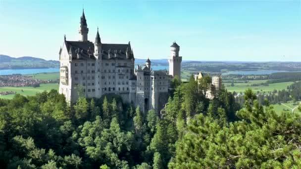 Působivý výhled na zámek Neuschwanstein v Bavorsku, Německo.