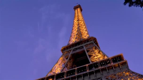 Nízký úhel, pohled zblízka na Eiffelovu věž za soumraku, Paříž, Francie.