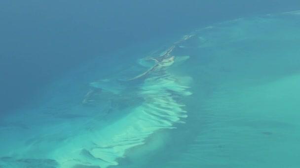 Luftaufnahmen isolierter Inseln auf den Bahamas. Tatsächliche Höhenaufnahmen.