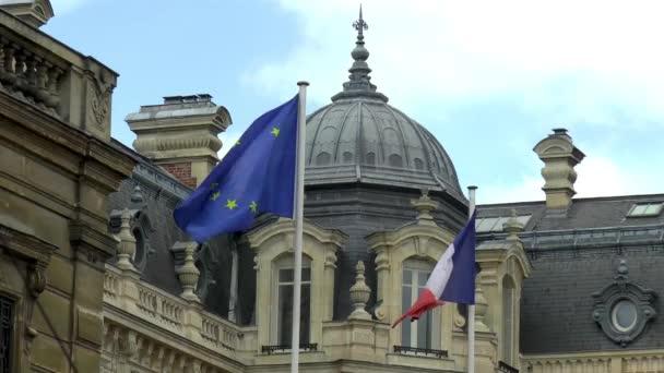 Francouzská vlajka a vlajka Evropy vlající v centru Lille, Nord-Pas-de-Calais, Francie.