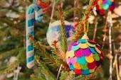 Vícebarevné vánoční koule na borové větve brát detail