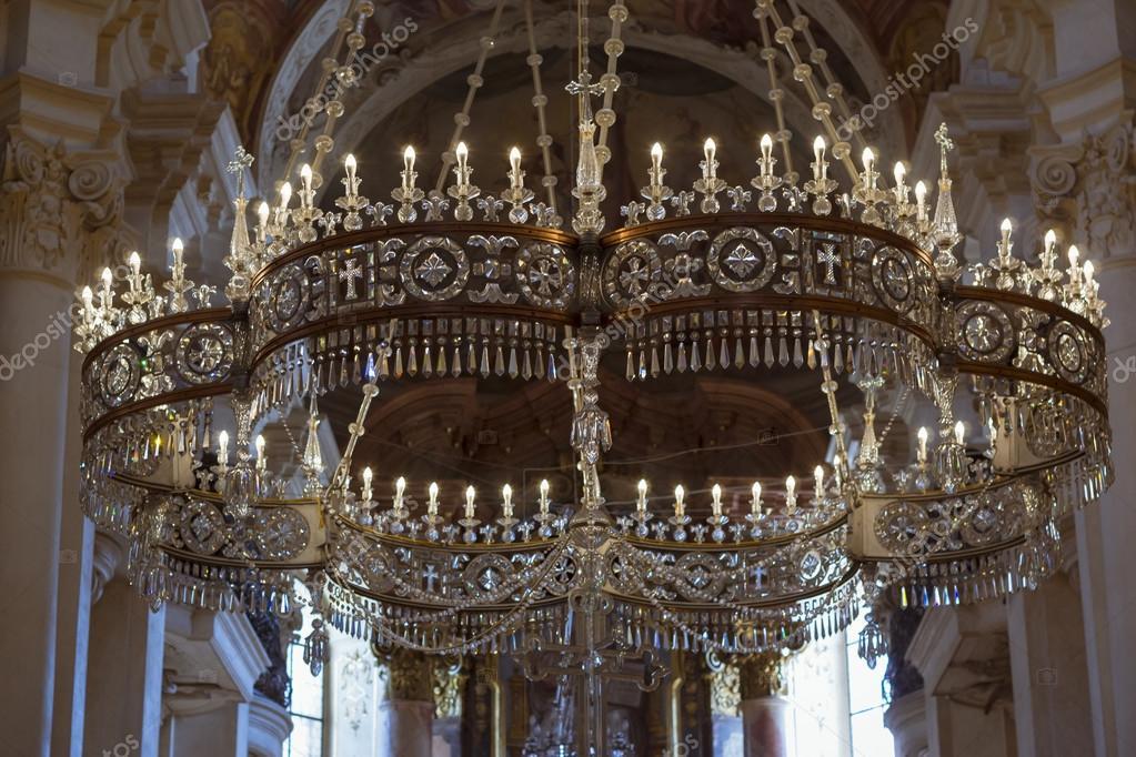 Kristall-Kronleuchter mit Kerzen in der Kathedrale St.Nikolaus ...