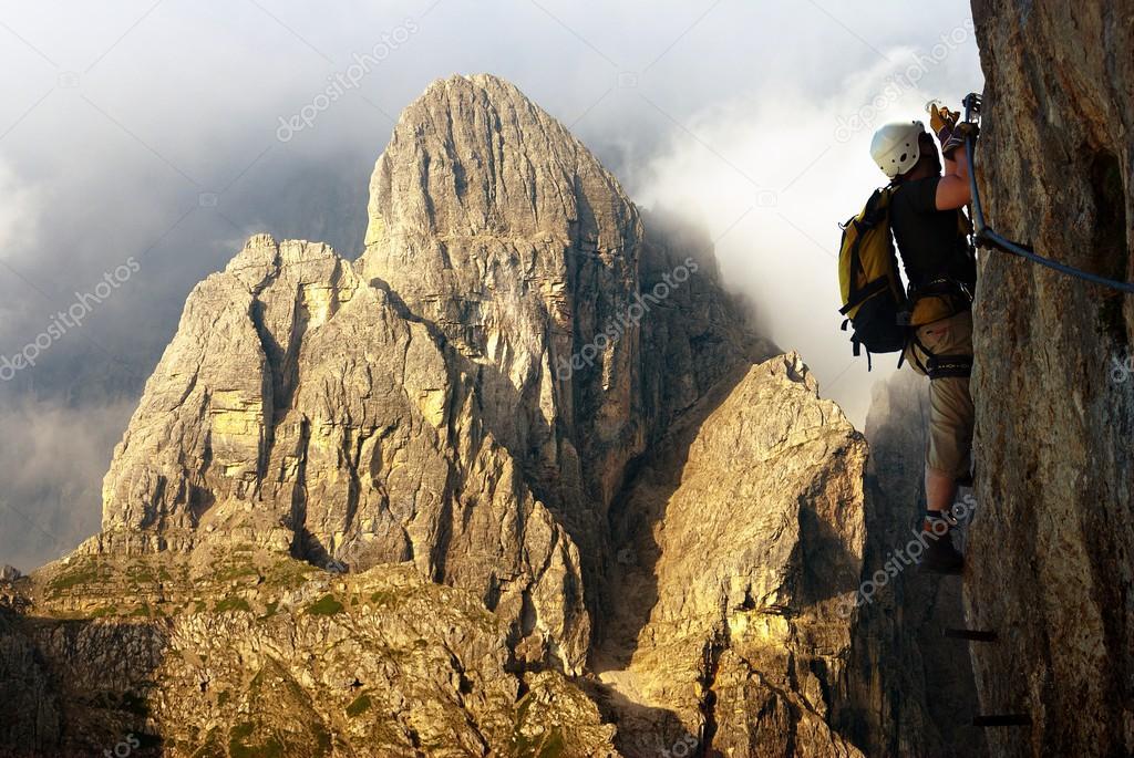 Klettersteig Oostenrijk : Klimmer op via ferrata of klettersteig in italië u2014 stockfoto