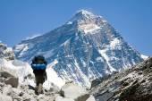 pohled na Everest z údolí Gokyo s turistickou