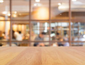 dřevěný stůl a rozostření pozadí restaurace