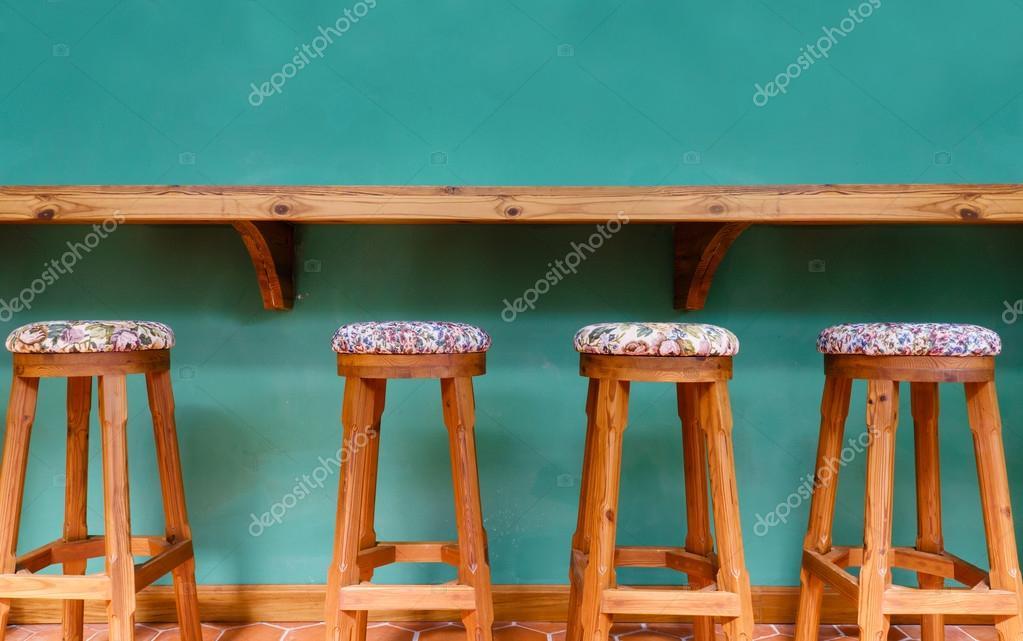 Sedia sgabello in legno vintage su ristorante sfondo verde u2014 foto