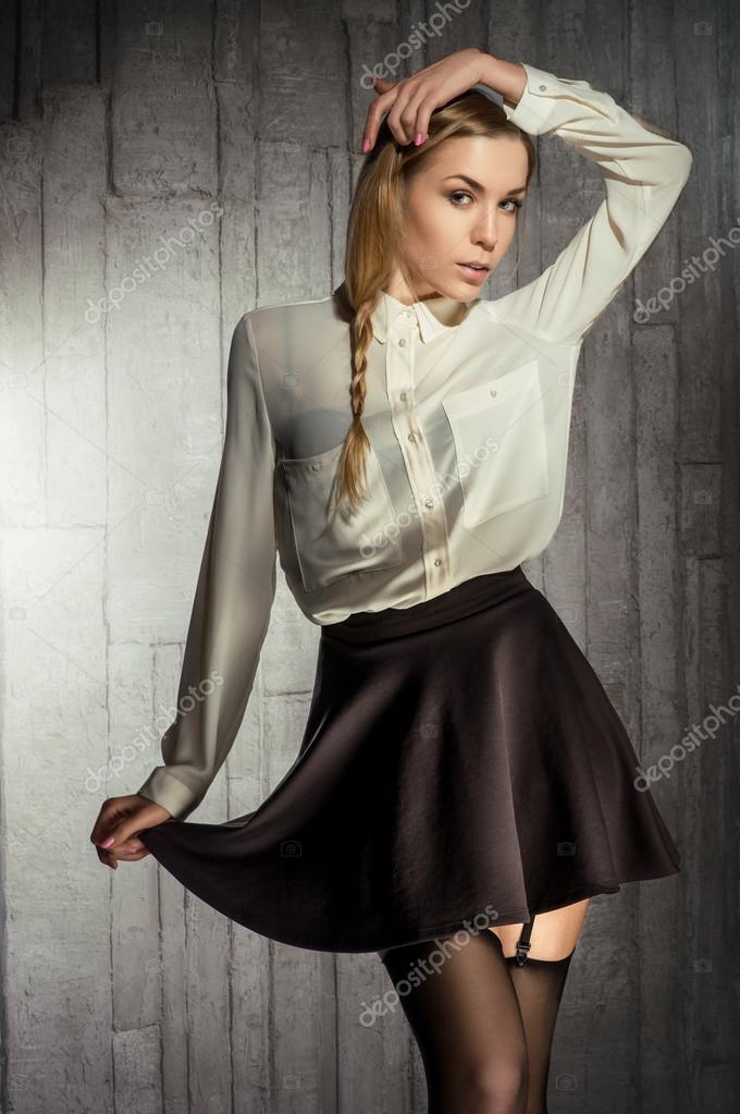 Голая девушка в белой блузке 13