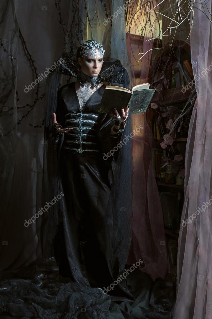 Человек в темной одежде, вампир — Стоковое фото ...