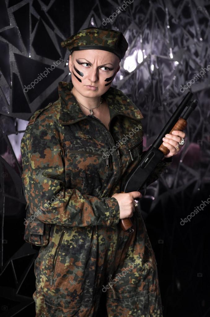 Soldat kvinna i basker i militär uniform på mörk bakgrund — Foto av  FlexDreams ae91d3fed3177