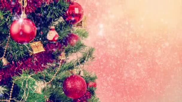 Zasněžené červené vánoční na strom pozadí s červenou koulí a sněhové vločky