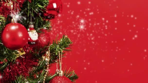 Pozadí abstraktní sněhu s detail vyzdobený vánoční strom s červenými míčky