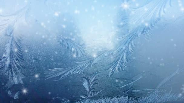 Eis auf gefrorener Fensterstruktur mit Schneeflocken für Hintergrund oder Hintergrund