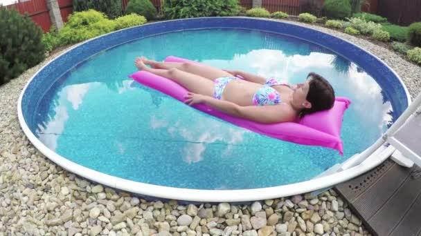 Žena relaxační v malé domácí bazén
