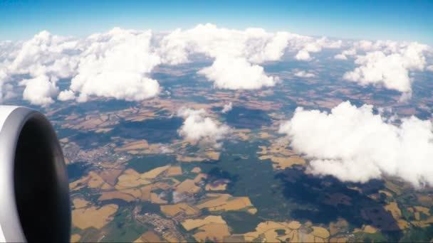okno zobrazení krajiny ze letící letadlo