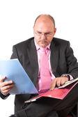 Businessmann nézett a papírok