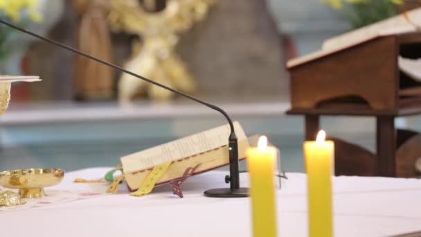 Pap ünnepelni a tömeg és a szentáldozás, a templomban