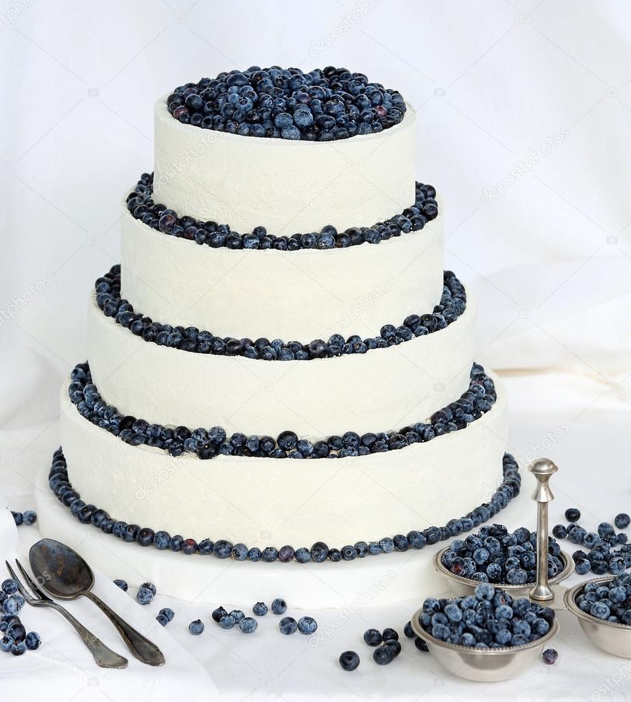 Hochzeitstorte Auf Weissem Hintergrund Mit Heidelbeeren Stockfoto