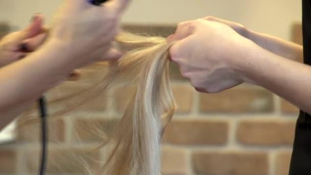 Kadeřník připravuje prodlužování vlasů v holičství