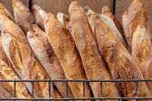francouzské bagety v kovové koše v pekárně