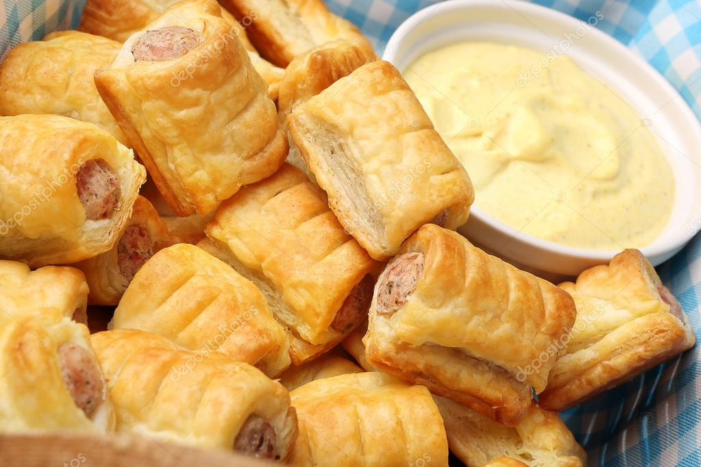 duitse frankfurter worstjes in bladerdeeg met mosterdsaus