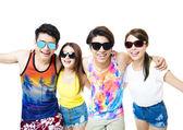 fröhliche junge Gruppe genießt Sommerferien