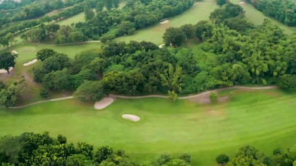 Letecký pohled na stromy a golfové hřiště
