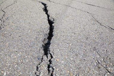 kırık asfalt yola yakın çekim