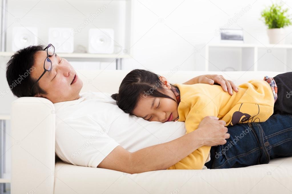 Дочь с отцом на диване