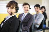 Mladý obchodní tým pracuje s headsetem v úřadu