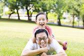boldog édesapja és a kis lány feküdt a fűben