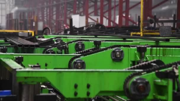 Dílna se stroji a vybavením, role oceli pro výrobu kovových trubek. Závod na výrobu kovových trubek. Hromada ocelových trubek.