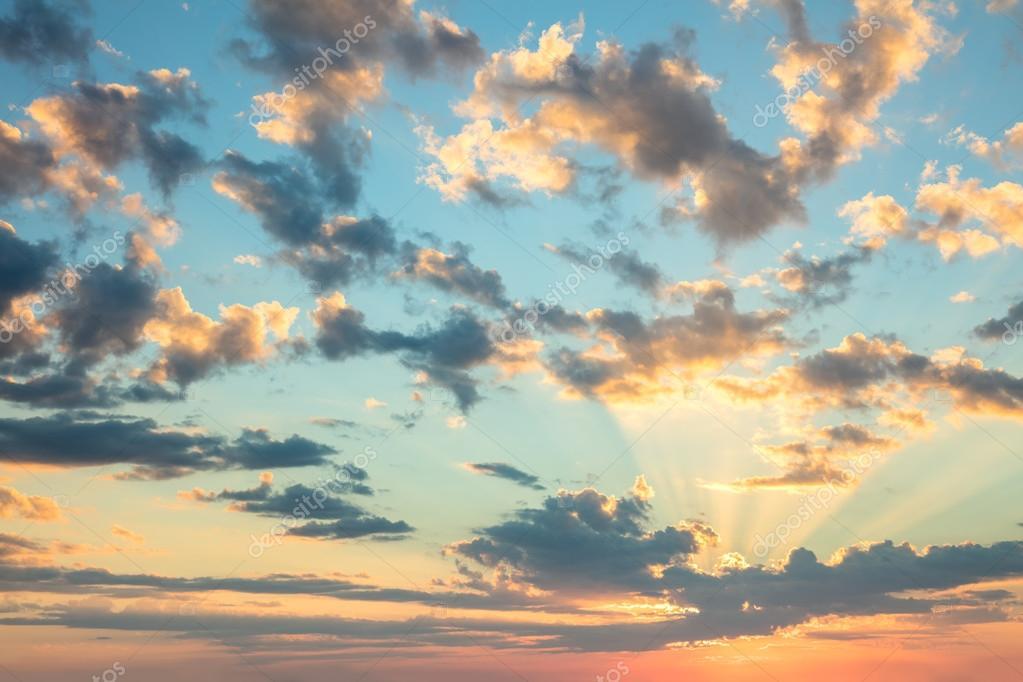 a1f73958f7b Cielo de amanecer - colores suaves de suaves nubes y sol con rayos,  impresionante fondo real para fondo de pantalla, tamaño grande — Foto de  a_taiga