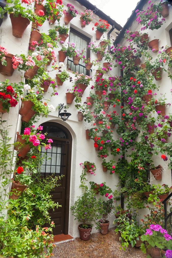 Blumen dekoration des hofes typisches haus in spanien for Dekoration spanien