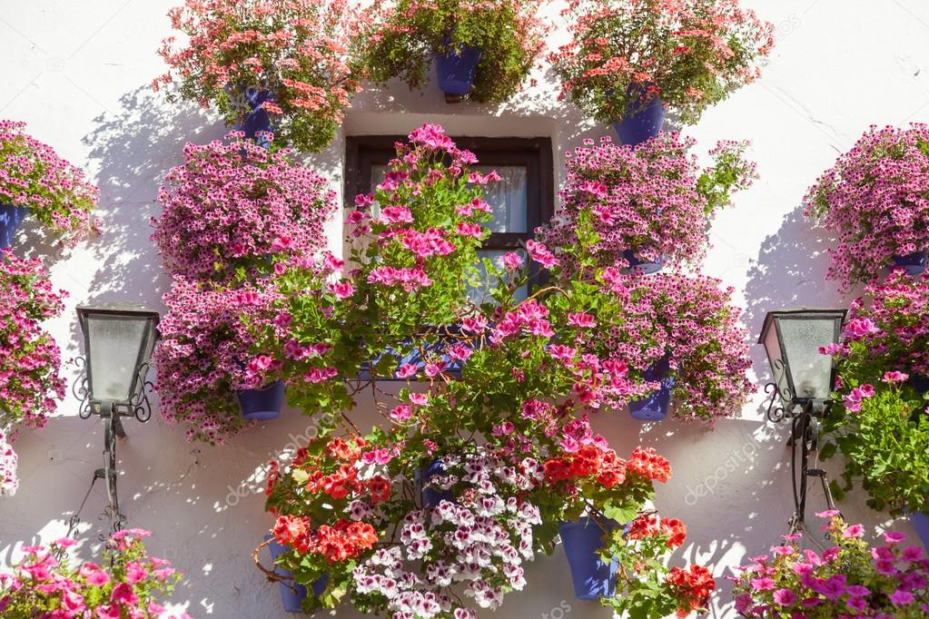 Mediterrane Fenster Dekoriert Blumen Und Laternen, Cordoba, Spanien, Europa    Reisen U2014 Foto Von A_taiga
