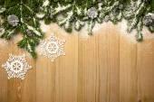 Fotografie Vánoční pozadí s firtree, dekorativní snowlakes a kužele